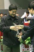 图文:全国击剑赛今日开战 王伟给选手颁奖