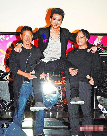 哈林(中)用工作疗伤,昨发片记者会,好友张学友(左)、陈奕迅力挺同台演唱