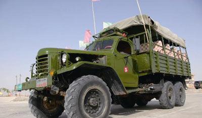 """老式六轮""""解放""""牌军用卡车以前的功能是牵引加农炮和榴弹炮,现在"""