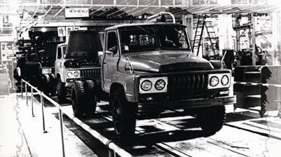 """1978年5月,二汽EQ140五吨载货车下线,一汽与二汽中卡双雄""""南北并立""""的局面初步形成。与新中国第一辆载货车———解放CA10相似,EQ140也是长头中吨位卡车,装配汽油发动机。.jpg"""