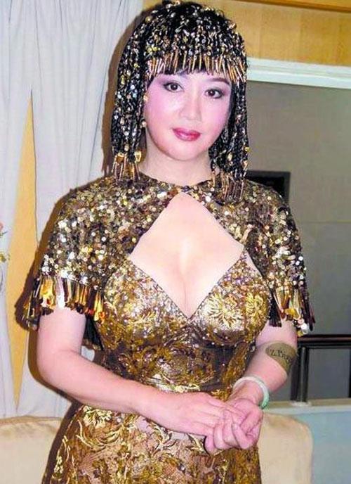 前参选亚姐宫雪花年逾60 夸张打扮起哗然图