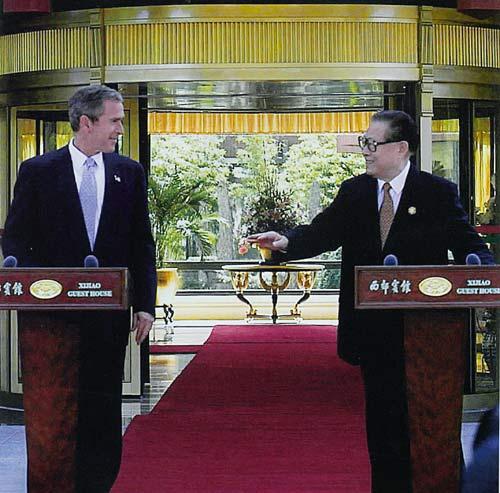 2001年10月19日,江泽民主席在出席在上海举行的亚太经合组织领导人非正式会议期间,与美国总统布什首次举行会晤。
