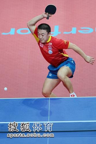 图文:马琳4-2险胜朱世赫 马琳跳跃回球