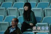 图文:孤独美女场外观战合十祈祷 美女关注比赛
