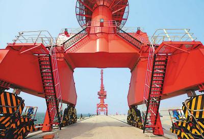 位于河北曹妃甸的首钢京唐钢铁联合有限责任公司钢铁厂将在2008年底前开始投产。图为首钢京唐钢铁厂成品码头。 新华社记者 罗晓光摄