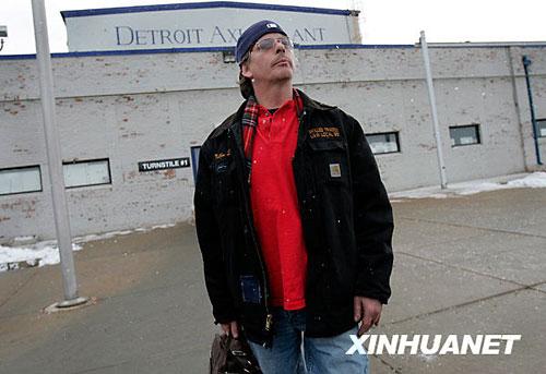 12月12日,刚刚失去工作的装配工人马修·克罗尔站在美国克莱斯勒公司底特律轮胎厂门口。当日,该工厂的300名工人被裁员。新华社/路透