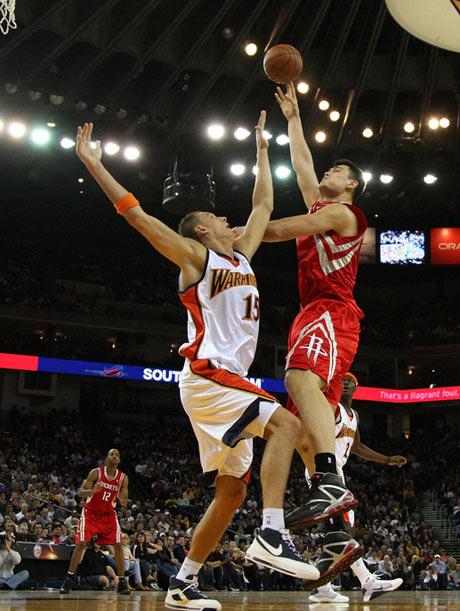 图文:[NBA]火箭VS勇士 姚明篮下勾手投篮