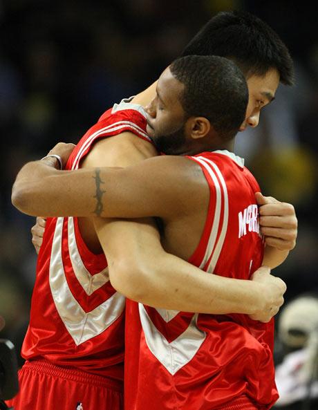 姚明与麦迪拥抱