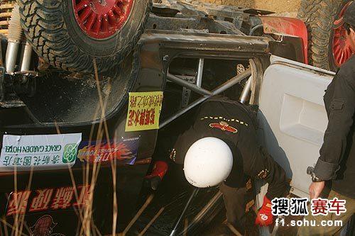 图文:汽车场地越野赛阳山站 车手爬出赛车