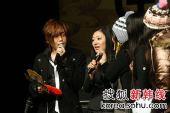 文熙俊上海歌友会――与歌迷互教韩文和中文