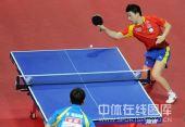 图文:马龙4-0王皓男单登顶 马龙看准来球