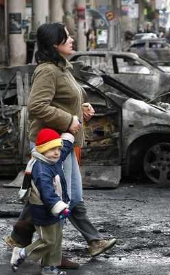 希腊首都雅典市中心到处是被焚毁的汽车。新华/路透 图