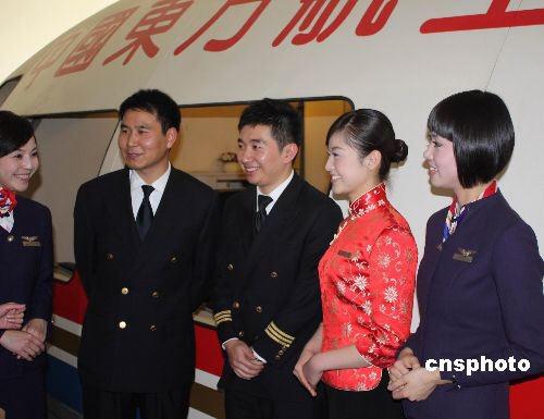 """12月12日,东航执飞大陆首班""""截弯取直""""常态包机机组亮相。航路的""""截弯取直""""将使航程和时间大大缩短,以上海和南京为例,东航两岸常态包机将比原有周末包机节省70-80分钟。据悉,12月15日,航班号为MU2075的东航空客A321飞机将从上海浦东机场起飞前往台北桃园机场,执飞大陆首班""""截弯取直""""常态包机。中新社发上海分社 摄"""