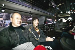 第一次在洋人街乘坐加长悍马的吴松涛非常开心 记者 周凡力 摄