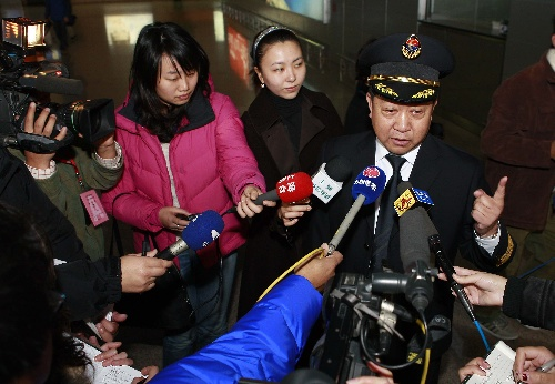 图文:东航MU2075航班机长出发前接受记者采访