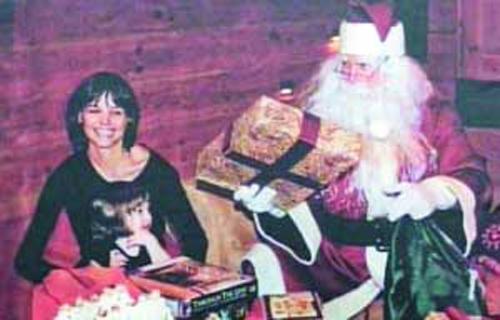 汤姆·克鲁斯还在节目中曝光了两张私房照,包括他扮圣诞老人给女儿送礼物以及和老婆齐扮鬼脸的照片。