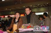 图文:中国花滑队高调返京 众多媒体机场接机