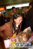 图文:中国花滑队高调返京 高兴地接受鲜花