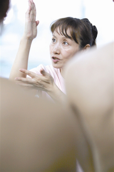 在清华跳水馆里,现在只能看到给清华学生上跳水选修课的于芬教授,却看不到指导队员的于芬指导。CFP/供图