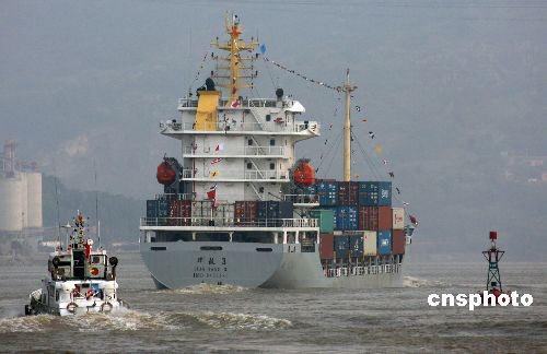 12月15日上午,由福建省人民政府、国台办、交通运输部共同举办的海峡两岸海上直航福州港首航仪式在福州港青州港区举行。中新社发祝敏松 摄