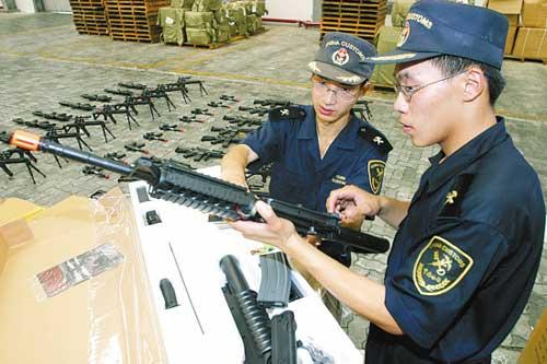 海关关员正在查验仿真枪