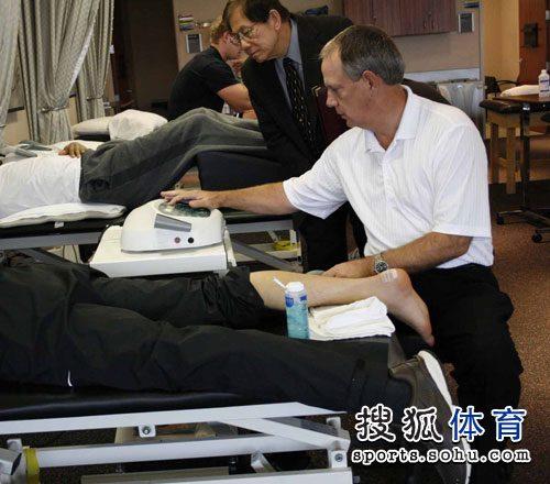 图文:刘翔术后第十日 佩恩设定仪器