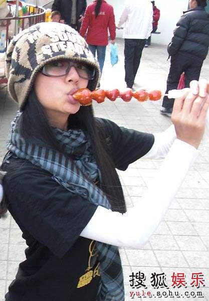 安以轩吃糖葫芦