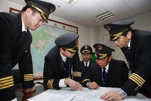 12月16日晚,货运包机的机组人员在研究航线