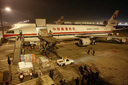 12月16日晚,首航赴台的中货航货运包机正在浦东机场装载货物