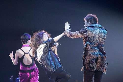 郑秀文(中)与许志安(右)在台上击掌鼓励