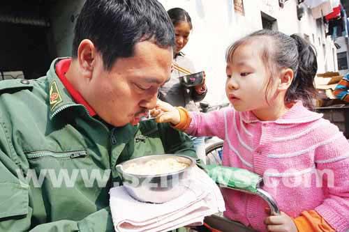 小萃萃在细心地喂爸爸吃面条。