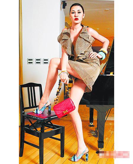 模特儿示范LOEWE春夏塔夫绸打洞的大褶洋装。