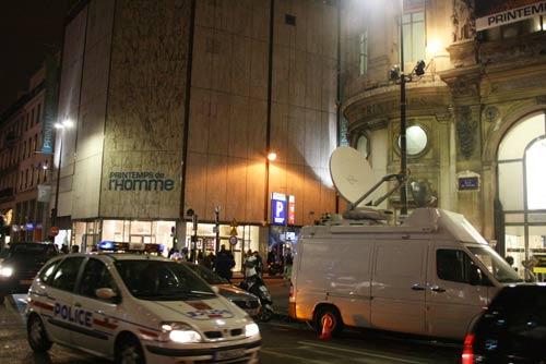 发现爆炸物的巴黎春天百货男装部商场外警察巡逻.