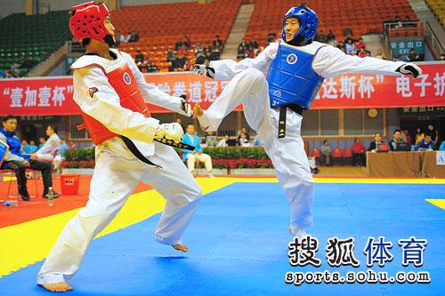 图文:全国跆拳道冠军赛首日 张岳身手矫捷