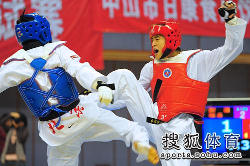 图文:跆拳道冠军赛首日 黄理第与张岳在比赛中