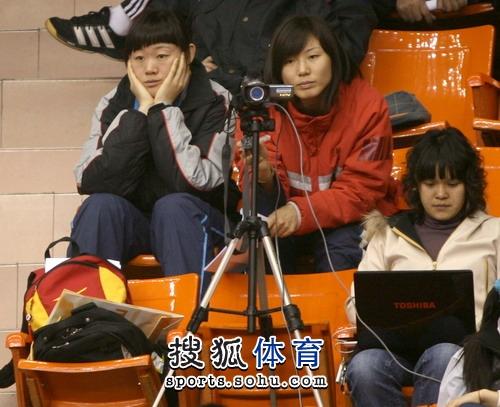 图文:冠军赛陈中老公满脸严肃 罗微观看比赛