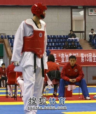 图文:冠军赛陈中老公满脸严肃 车新港观看队员