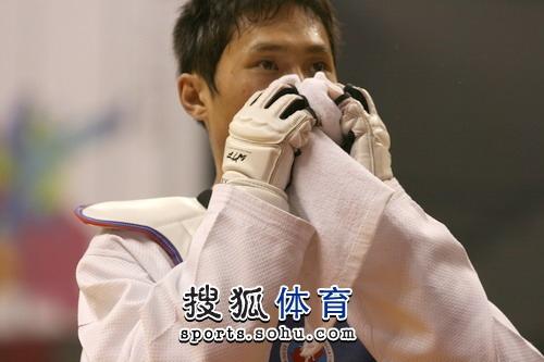 图文:冠军赛陈中老公满脸严肃 选手被打出鼻血
