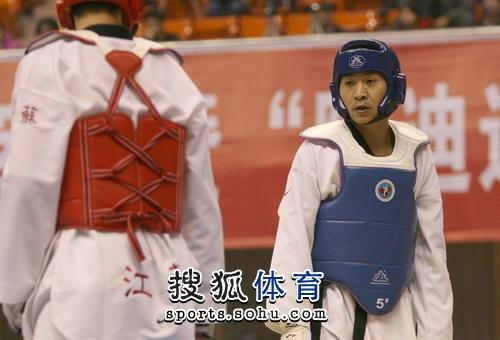 图文:冠军赛陈中老公满脸严肃 李振与对方对峙