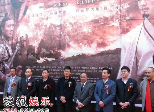 《赤壁之决战天下》的海报在赤壁前揭幕