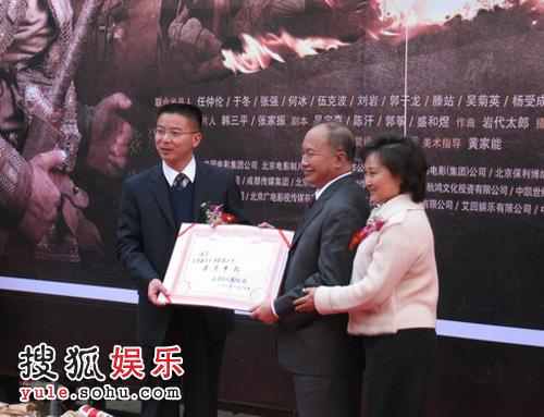 """吴宇森及夫人被授予了赤壁市""""荣誉市民""""称号"""