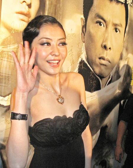 熊黛林以高贵打扮出席首映。