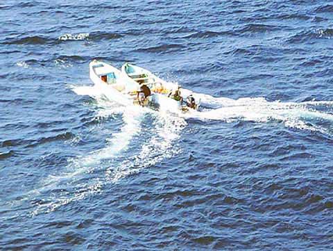 图为海盗乘坐的小艇。