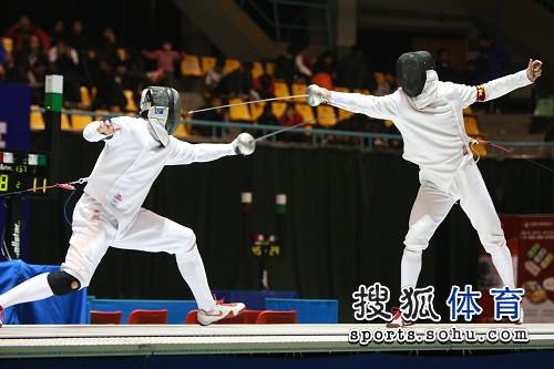 图文:击剑全锦赛男重个人决赛 二人同时进攻