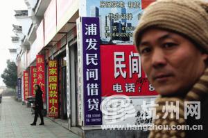 在浦江两条路上,集中了30多家中介公司。不按常理出牌的浦江民间借贷市场,隐藏着巨大的风险与危机。