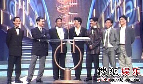 """""""七小福""""之元德、元奎、洪金宝、成龙、元彪、元武、元彬,成名后的七人在金像奖颁奖典礼上。"""