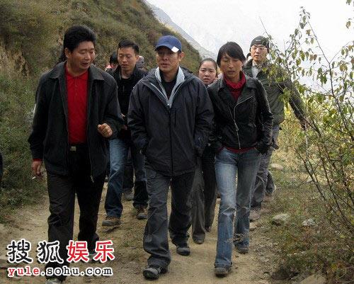李连杰徒步前往汶川