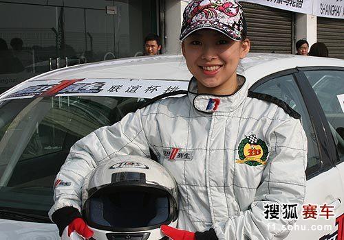图文:文体明星参加赛车比赛 潘晓婷与赛车合影