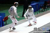 图文:击剑全锦赛男佩团体决赛 两人难分高下