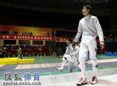 图文:击剑全锦赛男佩团体决赛 仲满走上赛场